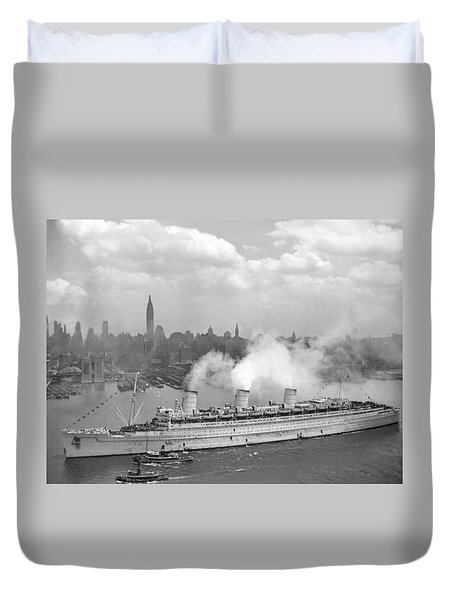 Rms Queen Mary Arriving In New York Harbor Duvet Cover by War Is Hell Store