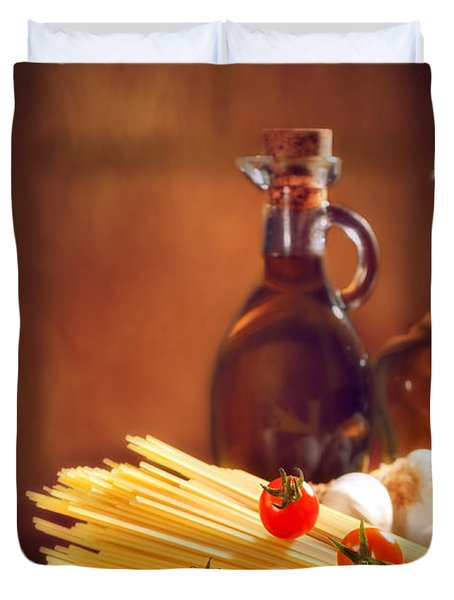 Spaghetti Pasta With Tomatoes And Garlic Duvet Cover by Amanda Elwell