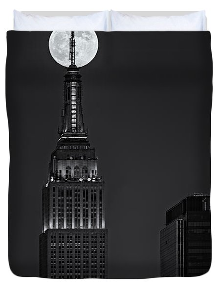Super Moon In An Empire State Of Mind BW Duvet Cover by Susan Candelario
