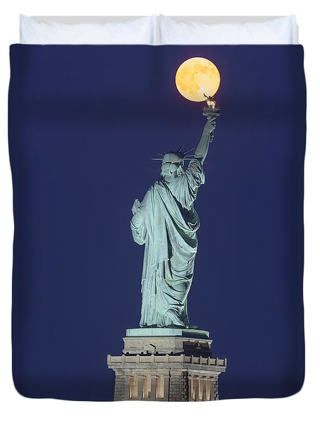 Supermoon Illuminates New York City Duvet Cover by Susan Candelario