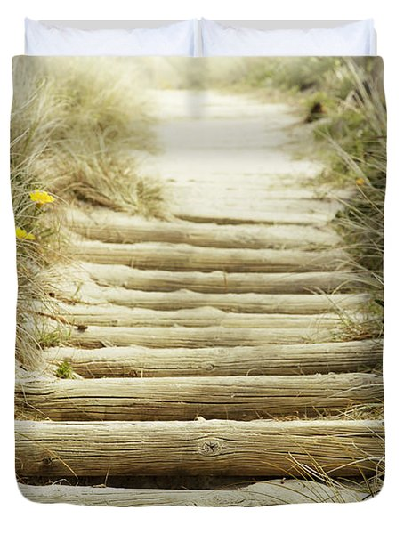 Walkway To Beach Duvet Cover by Les Cunliffe