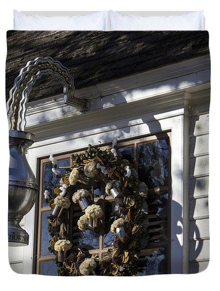 Wreath At Chownings Tavern Duvet Cover by Teresa Mucha