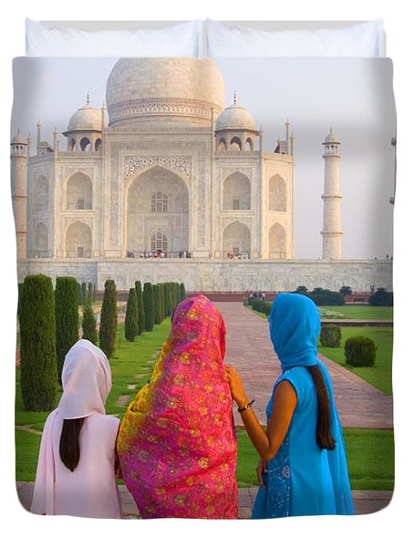 Hindu women at the Taj Mahal Duvet Cover by Bill Bachmann - Printscapes