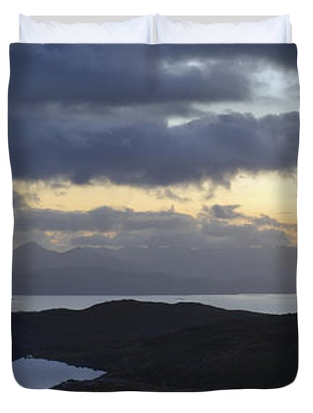 Dusk Panorama Of Skye Duvet Cover by Gary Eason