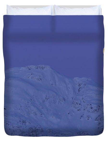 Moonset At Dawn Duvet Cover by Yuichi Takasaka