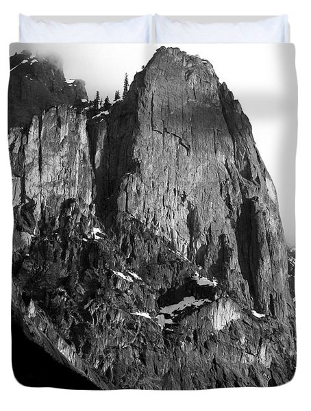 Mountains of Yosemite . 7D6167 . Vertical Cut . Black and White Duvet Cover by Wingsdomain Art and Photography