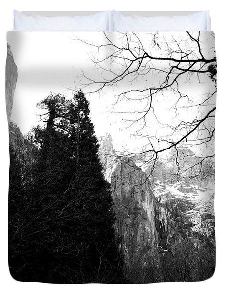 Mountains of Yosemite . 7D6213 . Black and White Duvet Cover by Wingsdomain Art and Photography