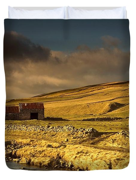 Shed In The Yorkshire Dales, England Duvet Cover by John Short