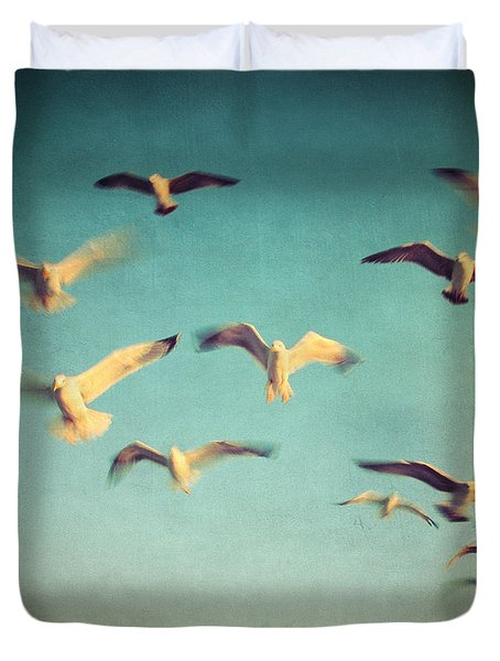 dans avec les oiseaux Duvet Cover by Taylan Soyturk