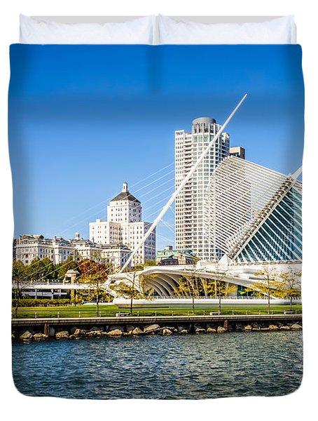 Milwaukee Skyline Photo With Milwaukee Art Museum Duvet Cover by Paul Velgos