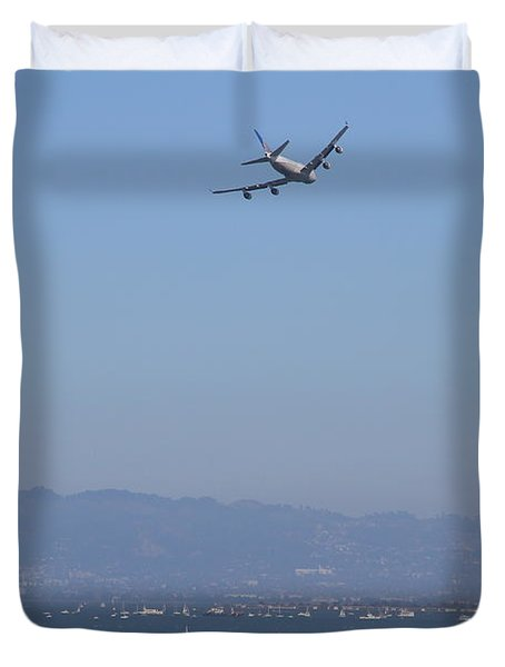 United Airlines Boeing 747 Over The San Francisco Bay At Fleet Week . 7D7860 Duvet Cover by Wingsdomain Art and Photography
