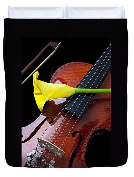 Violin With Yellow Calla Lily Duvet Cover by Garry Gay