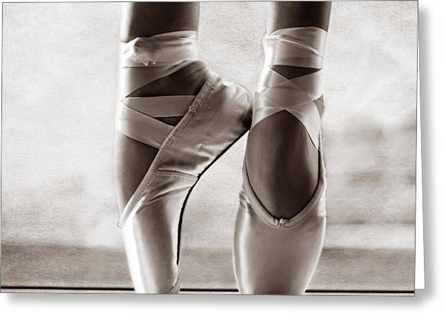 Dancer Photographs Greeting Cards - Ballet En Pointe Greeting Card by Laura  Fasulo