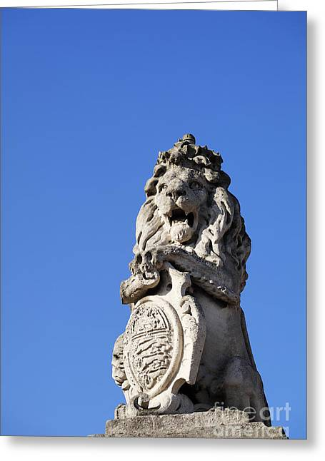 Scuplture Greeting Cards - Statue of a lion on the walls of Buckingham Palace in London England Greeting Card by Robert Preston