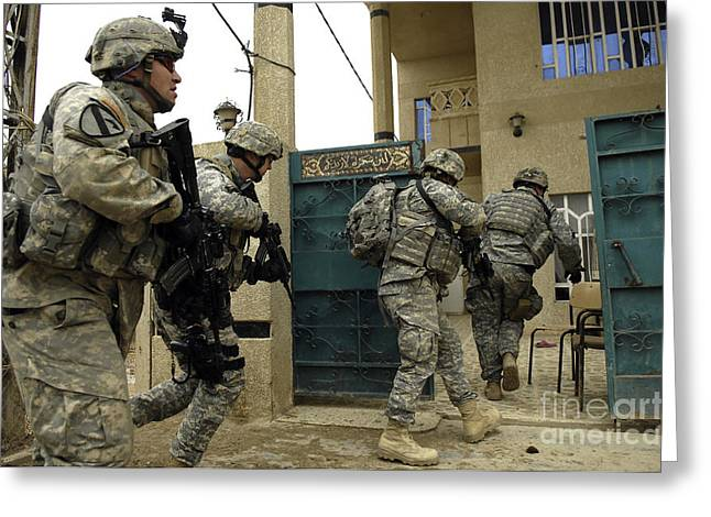 Operation Iraqi Freedom Greeting Cards - U.s. And Iraqi Army Soldiers Rushing Greeting Card by Stocktrek Images