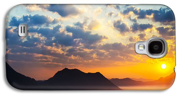 Sun Photographs Galaxy S4 Cases - Sea of clouds on sunrise with ray lighting Galaxy S4 Case by Setsiri Silapasuwanchai