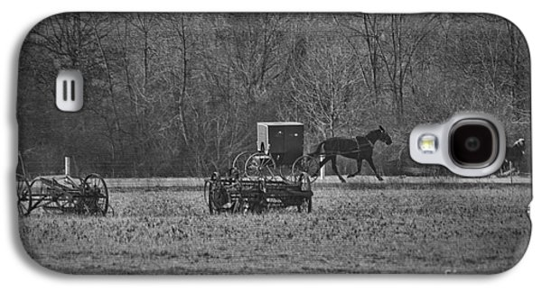 Amish Photographs Galaxy S4 Cases - Amish Buggy Black and White Galaxy S4 Case by David Arment