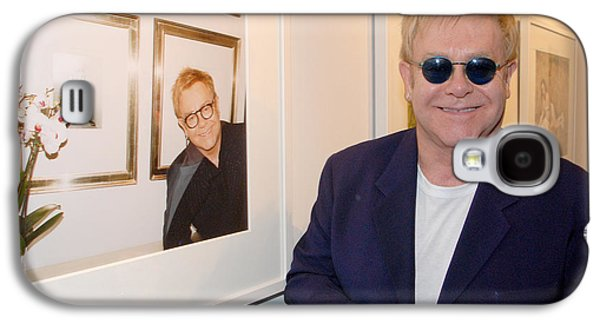 Elton John Photographs Galaxy S4 Cases - Elton watching Elton Galaxy S4 Case by Philip Shone