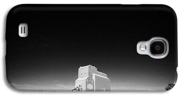 Sask Galaxy S4 Cases - grain elevator landmark bengough Saskatchewan Canada Galaxy S4 Case by Joe Fox