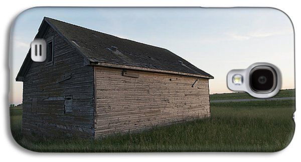 Shed Galaxy S4 Cases - A Wooden Shed In The Middle Of A Grass Galaxy S4 Case by Keith Levit