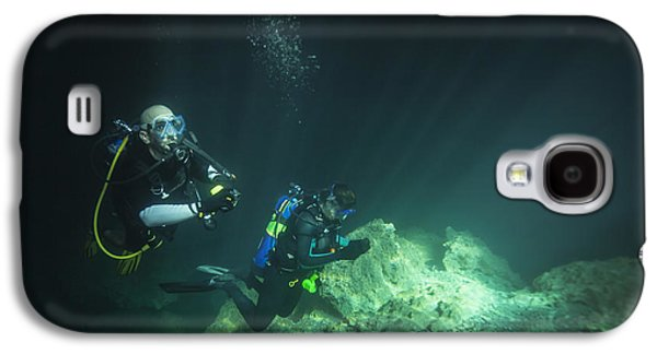 Devils Den Galaxy S4 Cases - A Young Married Couple Scuba Diving Galaxy S4 Case by Michael Wood