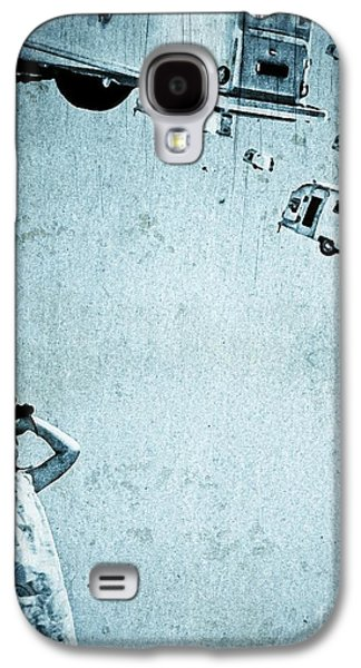 Punk Photographs Galaxy S4 Cases - Alice Watching the Airstream Migration Galaxy S4 Case by Edward Fielding