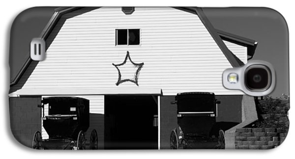 Amish Family Photographs Galaxy S4 Cases - Black And White Amish Buggies And Barn Galaxy S4 Case by Dan Sproul