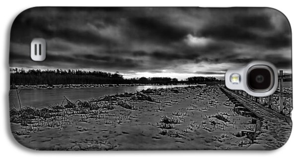 Reflection Of Sun In Clouds Galaxy S4 Cases - Black and white Early morning January 2015 Galaxy S4 Case by Leif Sohlman