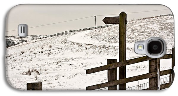 Blank Wooden Signpost On Snow Covered Moorland Galaxy S4 Case by Ken Biggs
