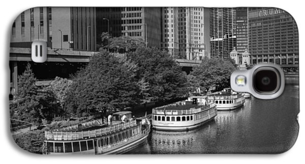 Chicago River Galaxy S4 Cases - Chicago River Tour Boats B W Galaxy S4 Case by Steve Gadomski