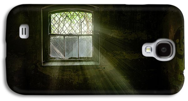 Science Fiction Photographs Galaxy S4 Cases - Darkness Revealed - Basement room of an abandoned asylum Galaxy S4 Case by Gary Heller
