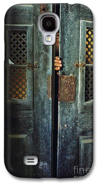 Hiding Galaxy S4 Cases - Door Peeking Galaxy S4 Case by Carlos Caetano
