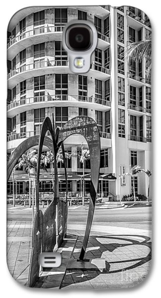Duenos Do Las Estrellas Sculpture - Downtown - Miami - Black And White Galaxy S4 Case by Ian Monk