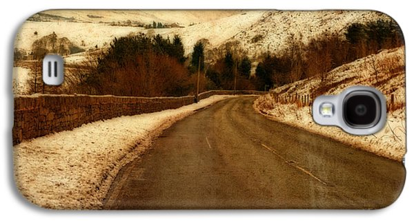 Empty Road Through Snow Covered Yorkshire Moors Galaxy S4 Case by Ken Biggs