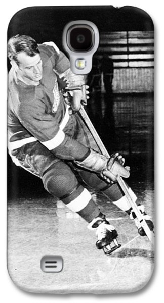 Hockey Photographs Galaxy S4 Cases - Gordie Howe skating with the puck Galaxy S4 Case by Gianfranco Weiss