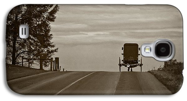 Amish Photographs Galaxy S4 Cases - Heading Home in a Horse and Buggy Galaxy S4 Case by Priscilla Burgers