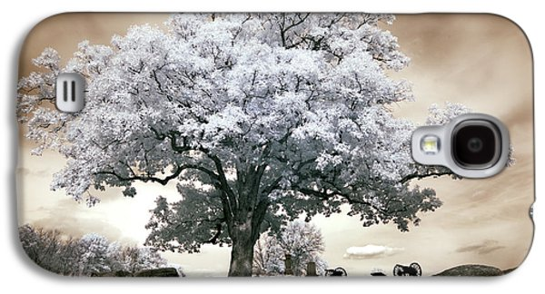 Devils Den Galaxy S4 Cases - Infrared tree on a hill in Gettysburg Galaxy S4 Case by Paul W Faust -  Impressions of Light