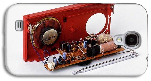 Insides Of A Portable Radio Galaxy S4 Case by Dorling Kindersley/uig