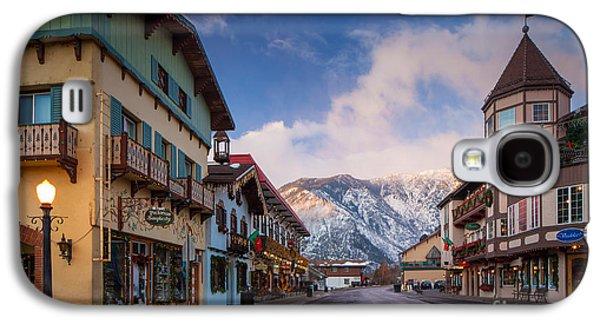Streetlight Photographs Galaxy S4 Cases - Leavenworth Winter Street Galaxy S4 Case by Inge Johnsson