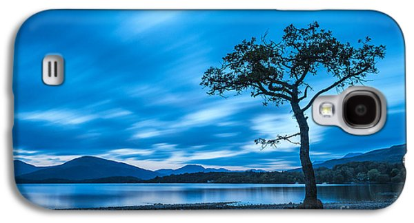 Autumn Landscape Photographs Galaxy S4 Cases - Lone tree Milarrochy Bay Galaxy S4 Case by Janet Burdon