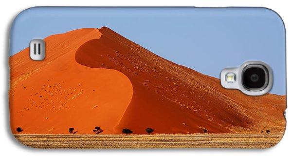 Landscapes Photographs Galaxy S4 Cases - Namib dune Galaxy S4 Case by Maria Luisa Lopez Estivill