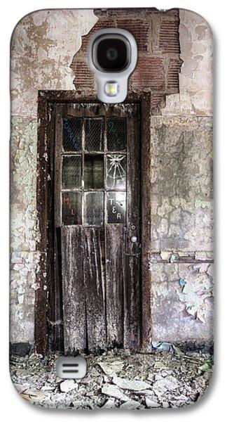 Old Door Galaxy S4 Cases - Old Door - Abandoned building - Tea Galaxy S4 Case by Gary Heller
