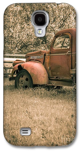 Old Trucks Photographs Galaxy S4 Cases - Old red farm truck Galaxy S4 Case by Edward Fielding