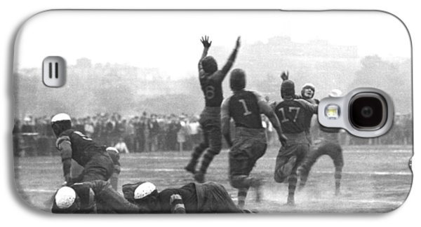 Quarterback Throwing Football Galaxy S4 Case by Underwood Archives