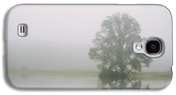 Fog Photographs Galaxy S4 Cases - Quiet Reflection  Lone Tree on the Lake Galaxy S4 Case by Scott Norris