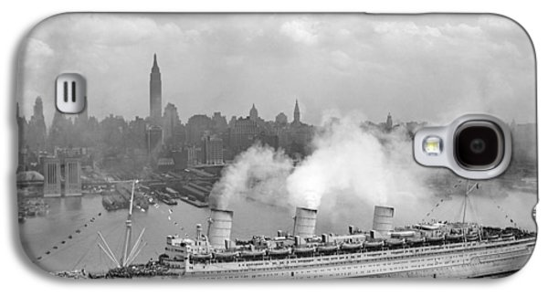 Queen Galaxy S4 Cases - RMS Queen Mary Arriving In New York Harbor Galaxy S4 Case by War Is Hell Store