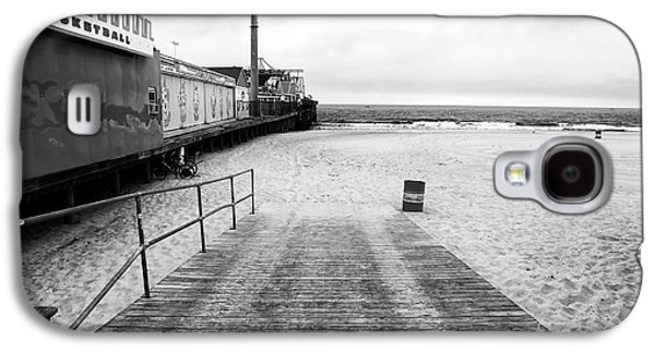 Seaside Heights Photographs Galaxy S4 Cases - Seaside Heights Beach in black and white Galaxy S4 Case by John Rizzuto