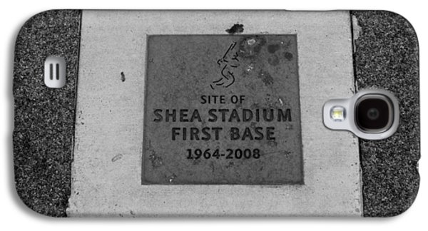 1st Base Galaxy S4 Cases - SHEA STADIUM FIRST BASE in BLACK AND WHITE Galaxy S4 Case by Rob Hans