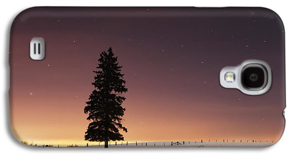 Moonlit Night Photographs Galaxy S4 Cases - Stars In The Night Sky With Lone Tree Galaxy S4 Case by Susan Dykstra