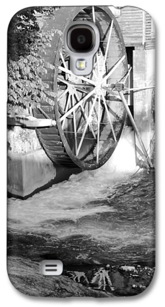Tennessee Historic Site Galaxy S4 Cases - The Old Mill Water Wheel Pigeon Forge Tennessee - BW Galaxy S4 Case by Cynthia Woods